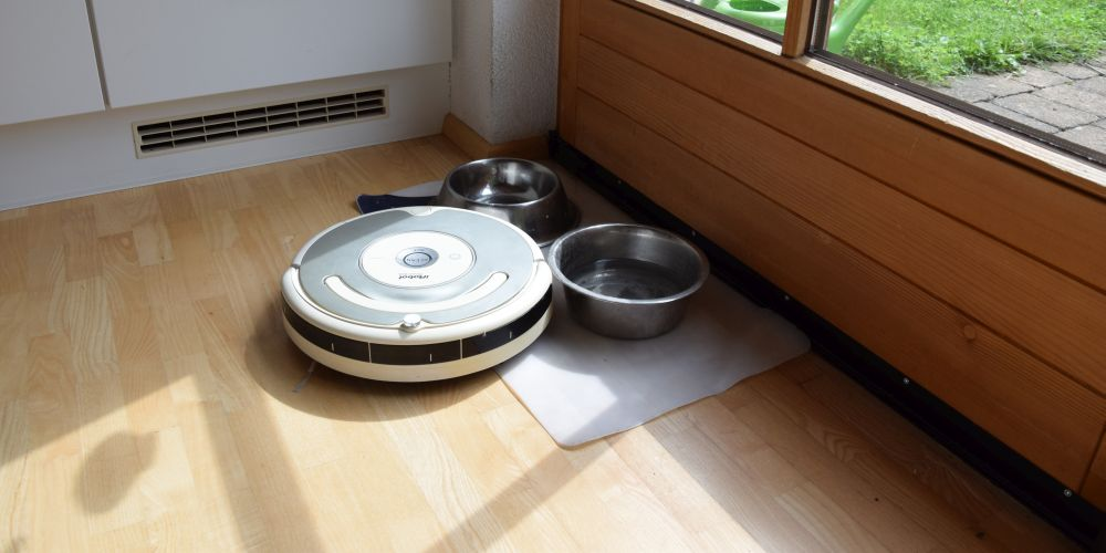 The robot vacuum cleaner guarding Inka's water bowl, protecting it from Bowser.